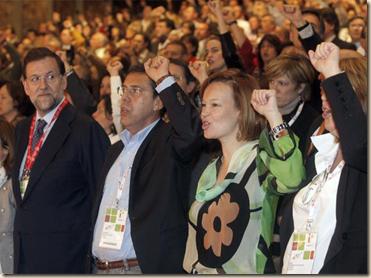 Rajoy mira sorprendido a gentes de izquierda con el puño en alto