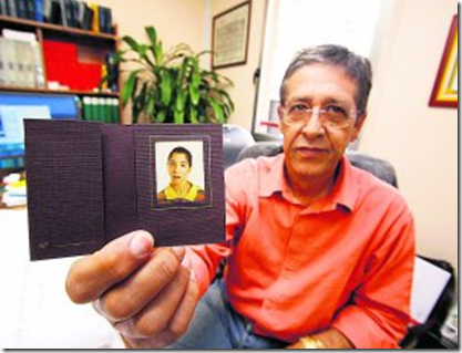 Javier Méndez muestra una fotografía de su hija Ayeisa.